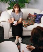 Bei der Tiefenpsychologisch fundierten Psychotherapie sitzen sich Patient und Therapeut gegenüber