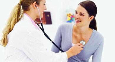 """""""Ganz Ohr"""": Mit dem Stethoskop hört der Arzt Lungen, Herz, Gefäße und Bauch ab"""