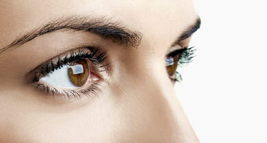 Beim Blick in die Ferne sind die Pupillen eher weit gestellt, bei der Naheinstellung verengen sie sich