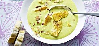 Kokoscreme-Suppe mit Lachsstreifen