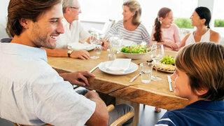 Familie isst gemeinsam