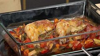 Hähnchenschenkel auf Ratatouillegemüse mit Ofenkartoffel