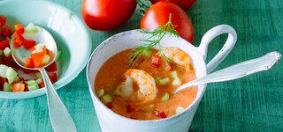 Tomaten-Gurken-Gazpacho mit Garnelen