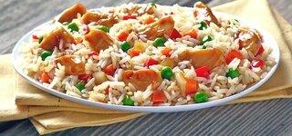 Reis mit Hühnchen, Erbsen, Möhren und Paprika