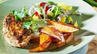 Gegrillte Hähnchenbrust mit Mango-Zwiebel-Salsa und Süsskartoffeln