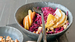 Rotkohl-Salat mit Birnen und Walnüssen
