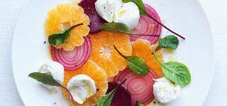 Orangen-Rote Bete-Salat mit roten Zwiebeln und Mangoldblättchen