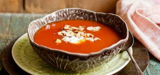 Hagebutten-Suppe mit Haselnuss-Blättchen