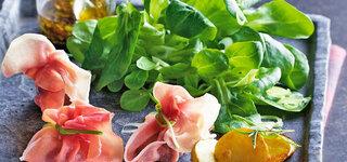 Feldsalat mit Pilz-Schinken-Päckchen