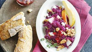 Rotkohl-Salat mit Preiselbeeren und Birne