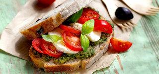 Olivenbrot mit Caprese