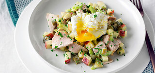 Geflügel-Apfel-Salat mit verlorenen Eiern