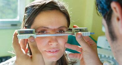 Mit dem Exophthalmometer kann der Augenarzt nachmessen, wie weit die Augen hervortreten