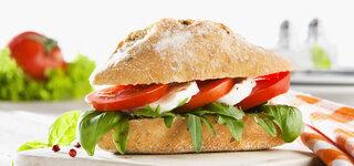 Sandwich mit Tomate und Mozzarella