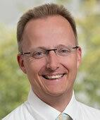 Dr. Boris Möbius, leitender Oberarzt der Klinik für Orthopädie, Unfallchirurgie und Sportmedizin am Evangelischen Krankenhaus Hubertus in Berlin