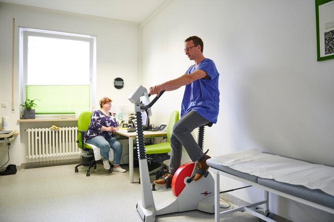 Patient auf dem Fahrrad-Ergometer
