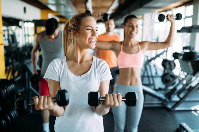 Frauen im Fitness-Studio beim Hanteltraining