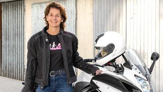 Frau mit einem Motorrad