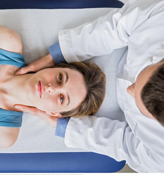 Frau bei der Osteopathie