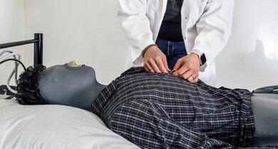 Bewegung im Schlaf: Drei- bis achtmal wird die Schlafposition gewechselt und auch Seitenschläfer verbringen 40 ihrer Schlafzeit auf dem Rücken