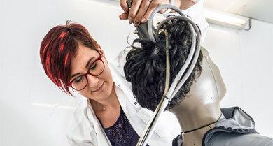 """Dr. Bianca Wölfling und """"Sherlock"""" sind ein eingespieltes Team: Mithilfe der Gliederpuppe, die mit Sensoren gespickt ist, misst die Textilforscherin am Prüfinstitut Hohenstein das Wärme- und Feuchtverhalten von Bettdecken und Kissen"""