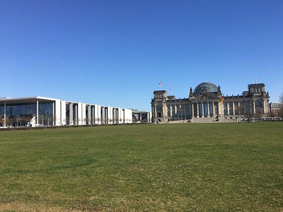Paul-Löbe-Haus und Bundestag