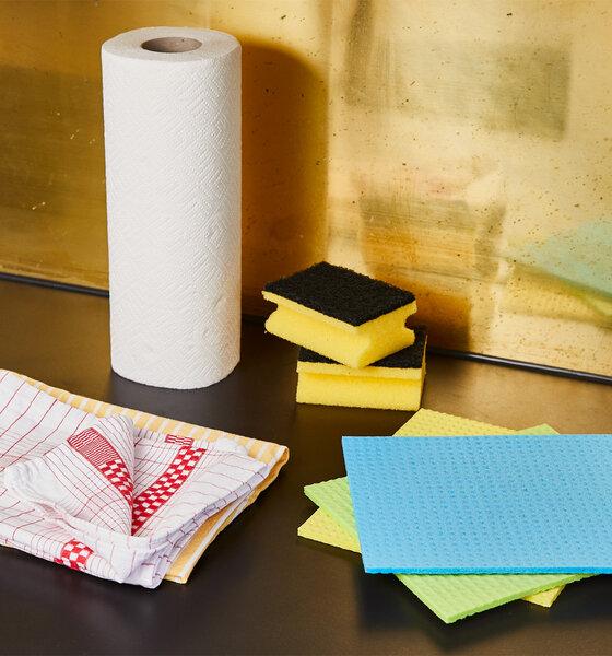 Tisch mit Hygieneartikeln, Küche, Küchenrolle Waschlappen Wischlappen