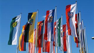 Coronavirus Einzelbestimmungen Bundesländer Maßnahmen Regionen Deutschland Symbolisch Fahnen