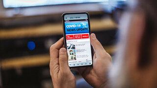 Covid-19 News-Update auf dem Smartphone