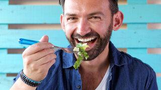 Zahngesunde Ernährung Mann Salat