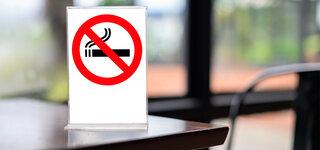 Deutschland soll Rauchen stärker bekämpfen Rauchverbot Schild