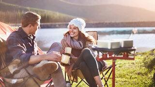 Wie kleine Freuden den Alltag entstressen  Paar Sitzen See Kaffee Tee Trinken Herbst Zelt