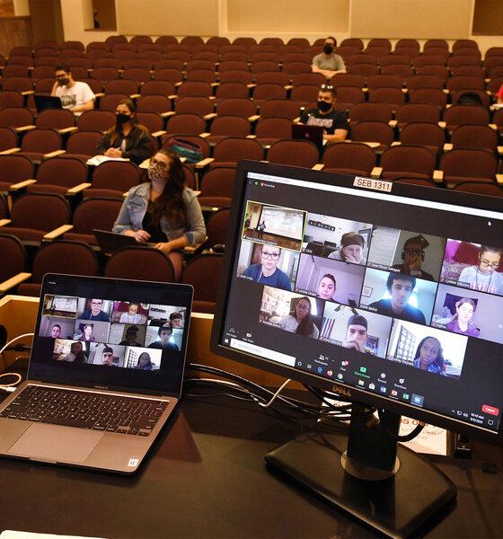Studenten im Hörsaal mit Videokonferenz