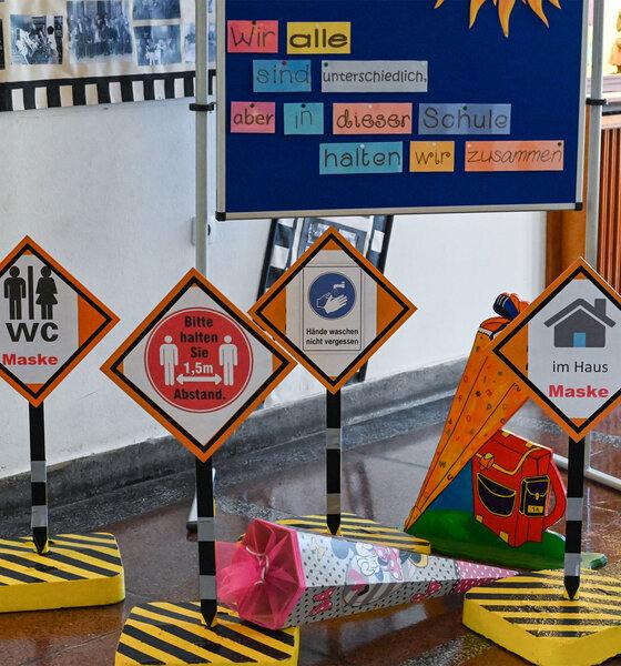Schilder mit verschiedenen Hygienevorschriften in einer Schule in Brandenburg