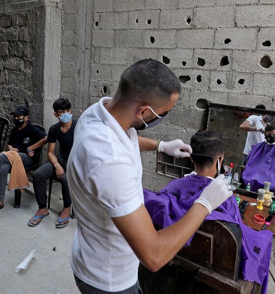Junger Palästinenser lässt sich auf offener Straße die Haare schneiden