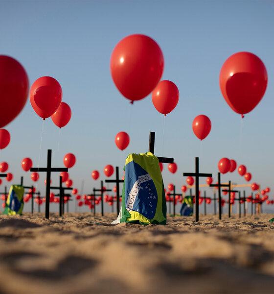 Die Nichtregierungsorganisation ?Rio de Paz? platzierte zum Gedenken der Opfer der Covid-19-Pandemie 1000 rote Luftballons und 100 Kreuze am Strand der Copacabana