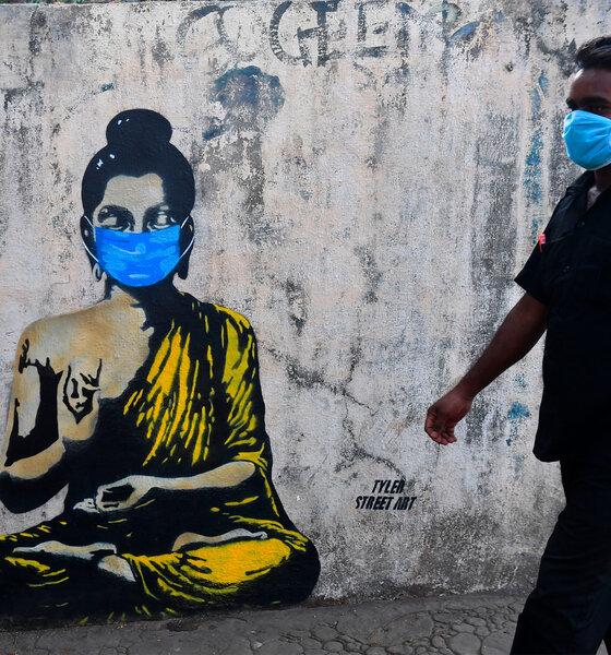 Mumbai: Buddha Graffiti und Inder mit Gesichtsmaske
