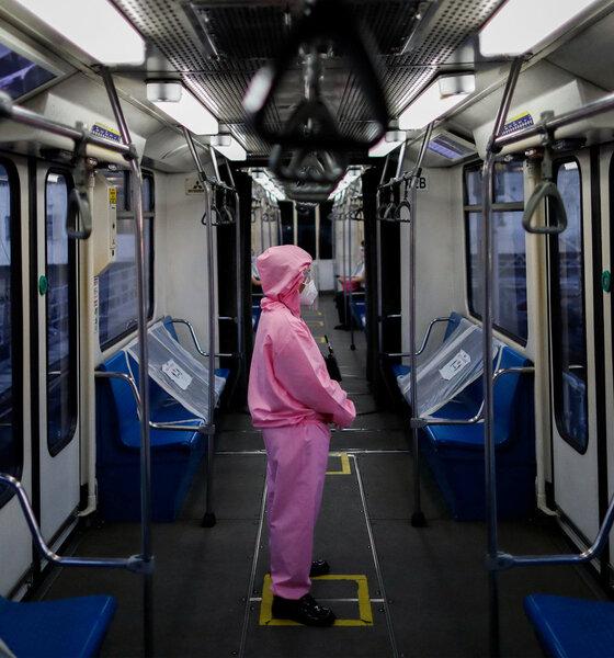 Zugarbeiter in Schutzkleidung in der Bahn
