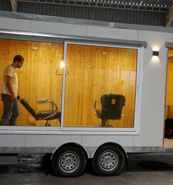 Mann in mobilem Friseursalon
