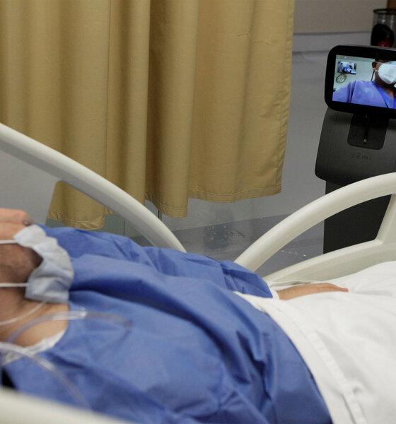 Ein Mann spricht mit einem Arzt über einen Roboter, mit dem Konsultationen mit Patienten durchgeführt werden, die an der Coronavirus-Krankheit (COVID-19) leiden