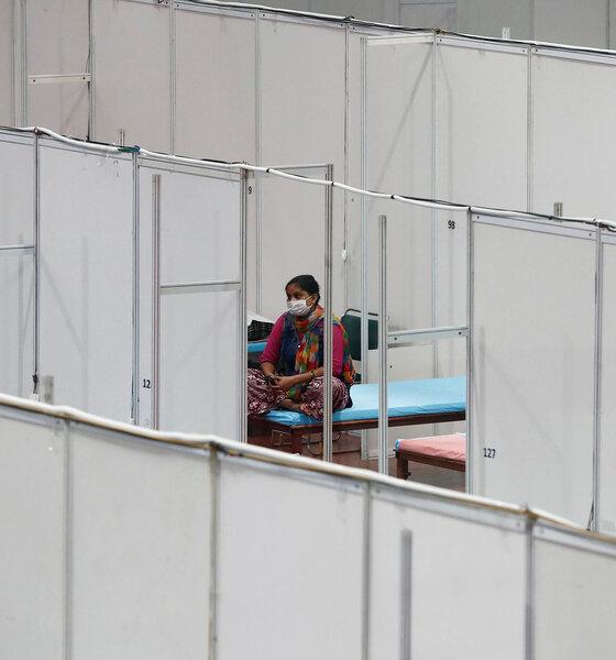 Frau sitzt in  indoor sports complex Neu Delhi