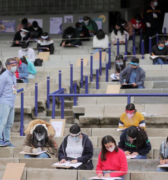Ein Mitarbeiter wacht, um Verstöße gegen die Regeln zu vermeiden, wenn die Schüler ihre UNAM-Zulassungsprüfung ablegen