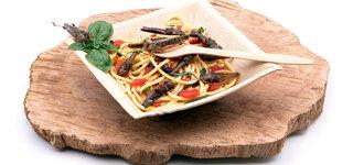 Essen aus Insekten Bitte Beachten Pasta Nudeln Heuschrecken Holz Teller Gabel Zubereitet