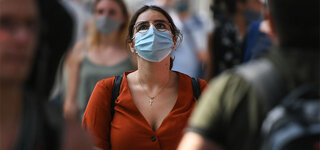 Frankfurt Coronavirus Fußgänger Maske Mund-Nase-Schutz Menge Schützen Verbreitung Schutzmaske