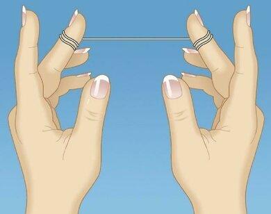 Das Bild zeigt: So wickeln Sie Zahnseide um Ihre Finger.