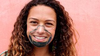 Coronavirus Face Shield Plastik Durchsichtig Transparent anliegend Frau Lachen Gesicht Schutzmaske Gesichtsschild