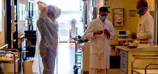 Drahtseilakt Corona Ab wann ist unser Gesundheitssystem überlastet? Helios Klinik Krankenschwester Schutzanzug
