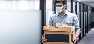 Coronavirus Plötzliche Arbeitslos: Ein Jobverlust ist emotionaler Stress Mann Schutzmaske Unterlagen Büro Räumen