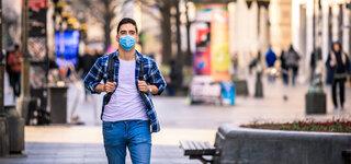Coronavirus Wie wirksam sind die Maßnahmen Alltag Maske Junger Mann gehen Fußgängerzone Stadt Kariertes Hemd Jeans Schutzmaske