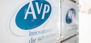 """Schließung Insolvenz Tausende Apotheken dürften viel Geld verlieren Das Firmenschild des Apothekenrechenzentrums """"AvP"""" hängt vor dem Eingang des Gebäudes."""